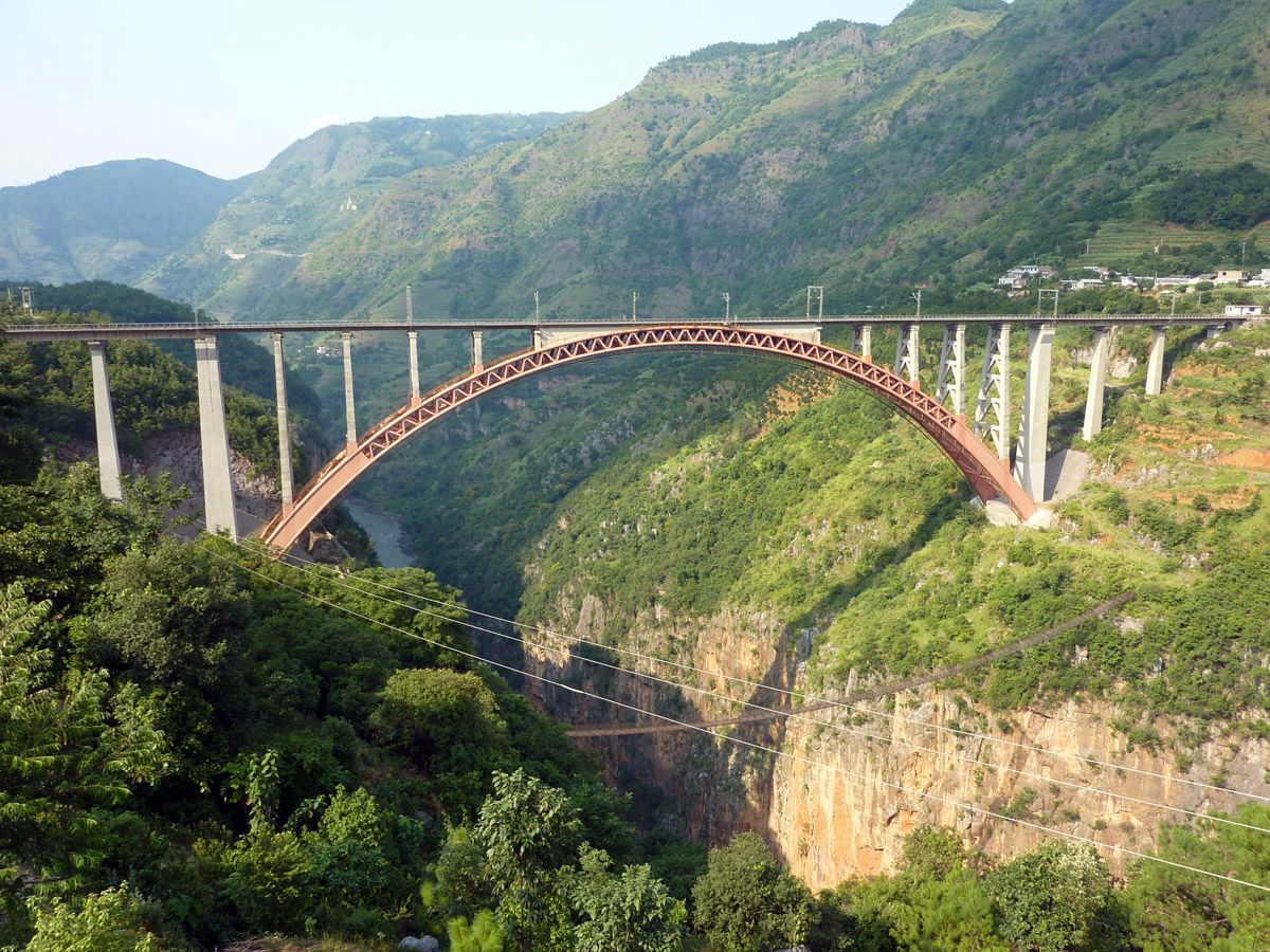 Die mit 275 Metern höchste Eisenbahnbrücke der Welt: die Beipanjiang-Eisenbahnbrücke in China.