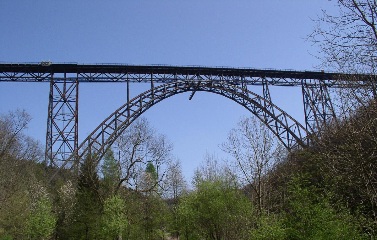 Die Müngstener Brücke überspannt in 107 Metern Höhe die Wupper. Nach dreijähriger Bauzeit wurde die stählerne Bogenbrücke im Jahre 1897 als Kaiser-Wilhelm-Brücke eröffnet.
