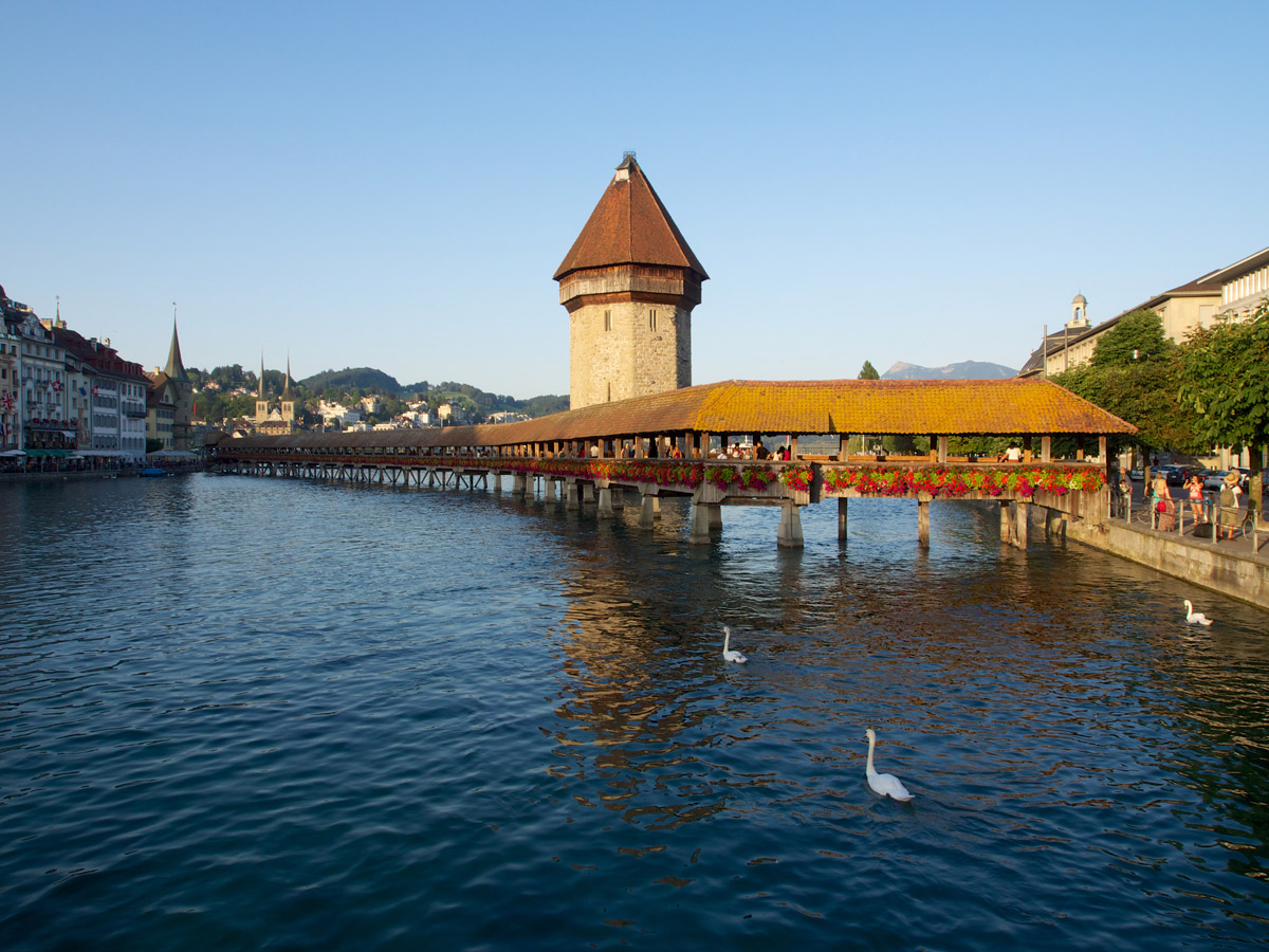 Die Kapellbrücke ist die älteste und mit 202,90 Metern zweitlängste überdachte Holzbrücke Europas. Sie wurde um 1365 als Wehrgang gebaut und verbindet die durch die Reuss getrennte Alt- und Neustadt. Im Giebel der Brücke befanden sich (vor dem Brand 1993) 111 dreieckige Gemälde, die wichtige Szenen der Schweizer Geschichte darstellen.