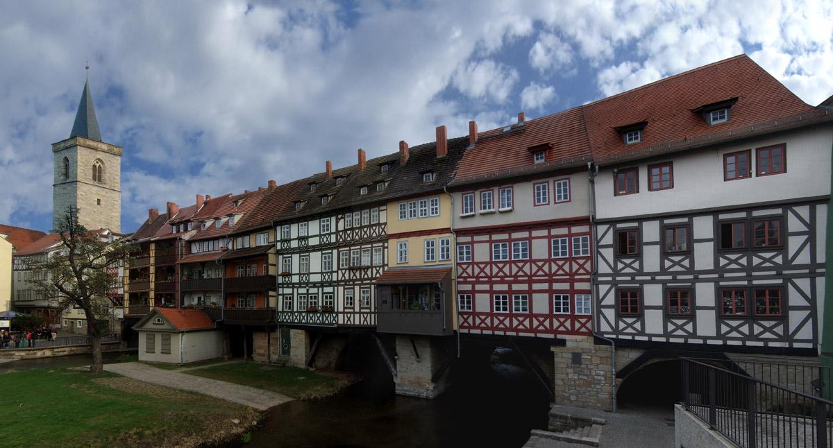 Nicht ganz so berühmt wie die Ponte Vecchio und trotzdem ein Meisterwerk: Die Krämerbrücke in Erfurt. Sie ist die längste durchgehend mit Häusern bebaute Brücke Europas. Die Fußgängerbrücke überspannt den Fluss Gera und zählt zu den bekanntesten Wahrzeichen der Stadt.