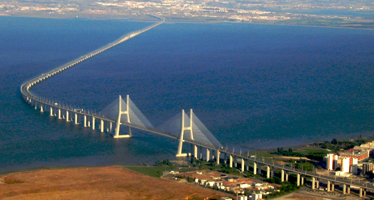 Die über 17 Kilometer lange Brücke Vasco-da-Gama überspannt den Tejo bei Lissabon.