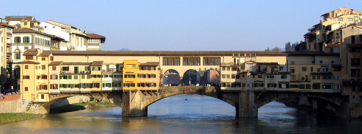 Die Ponte Vecchio quert seit 1345 den Arno in Florenz. Sie ist eine der ältesten Segmentbogenbrücken der Welt.