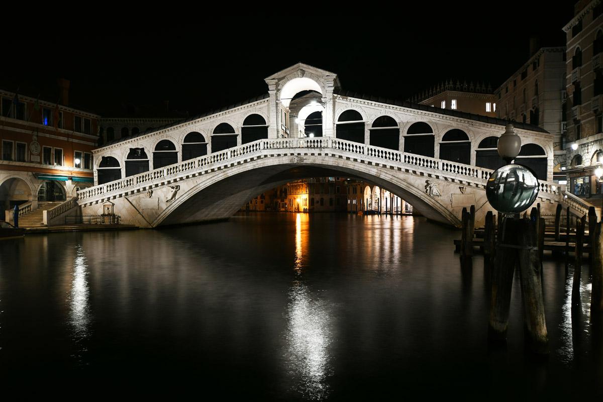 Die Rialtobrücke in Venedig ist eines der bekanntesten Bauwerke der Stadt. In der heutigen Form wurde sie zwischen 1588 und 1591 erbaut. Die Brücke führt über den Canal Grande. Sie ist 48 Meter lang. Die Gründungen der beiden Widerlager bestehen aus Pfahlrosten mit jeweils 6000 gerammten Holzpfählen.