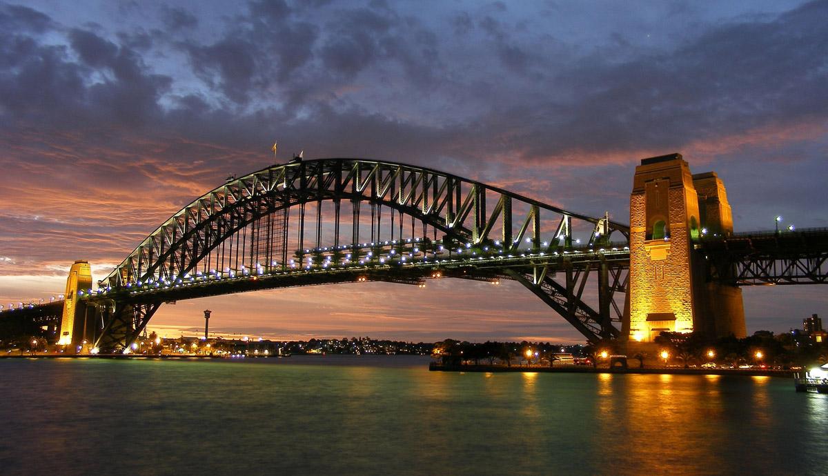Die Hafenbrücke in Sydney: 1.149 Meter lang, 134 Meter hoch. Die technischen Daten der Bogenbrücke sagen so rein gar nichts über ihre gelungenen Proportionen aus. Seit 1932 erfreut sie den Betrachter.