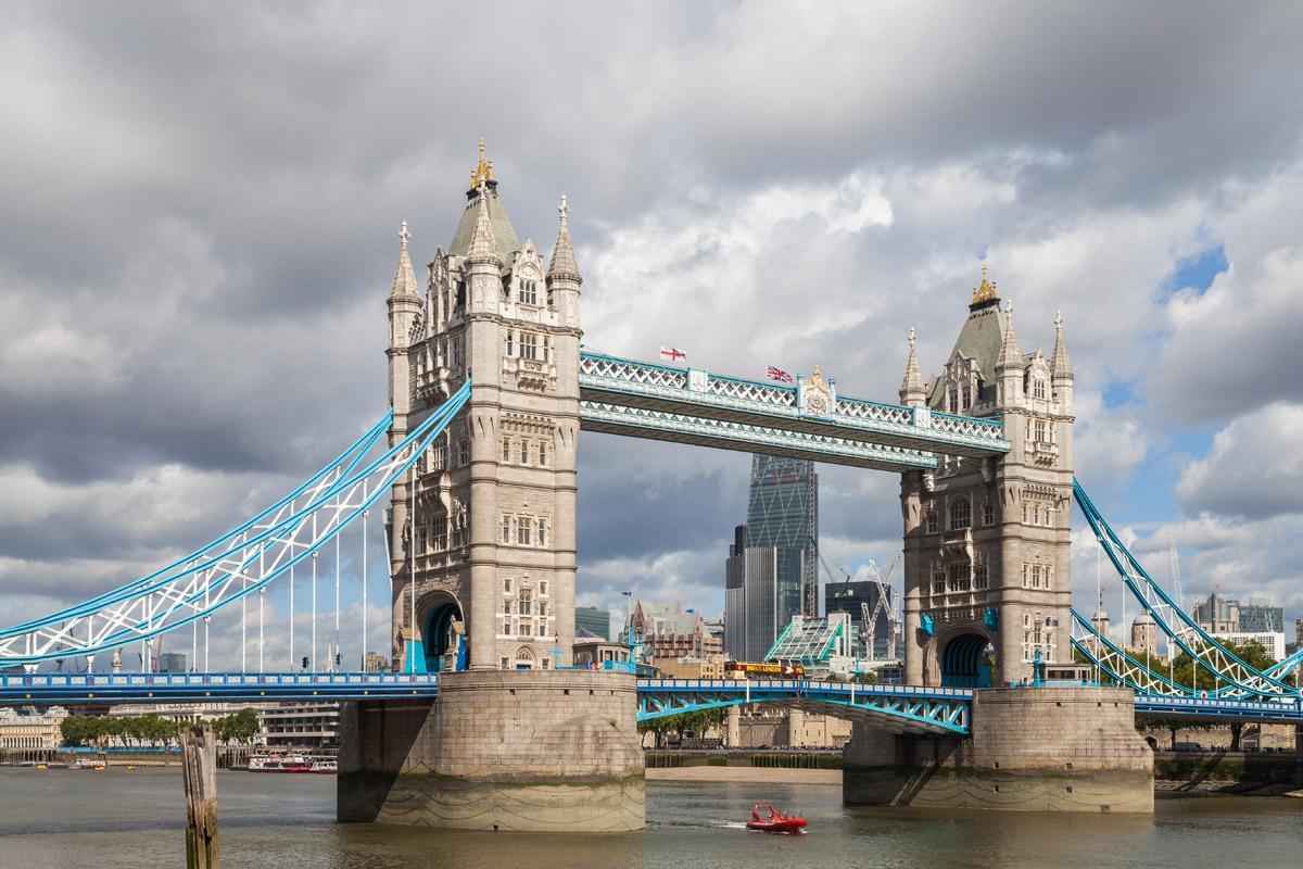 Noch kürzer, noch niedriger und doch ein Meisterwerk – die Towerbridge in London. 244 Meter lang, 65 Meter hoch, 1894 eröffnet. Die Klappbrücke überspannt die Themse.