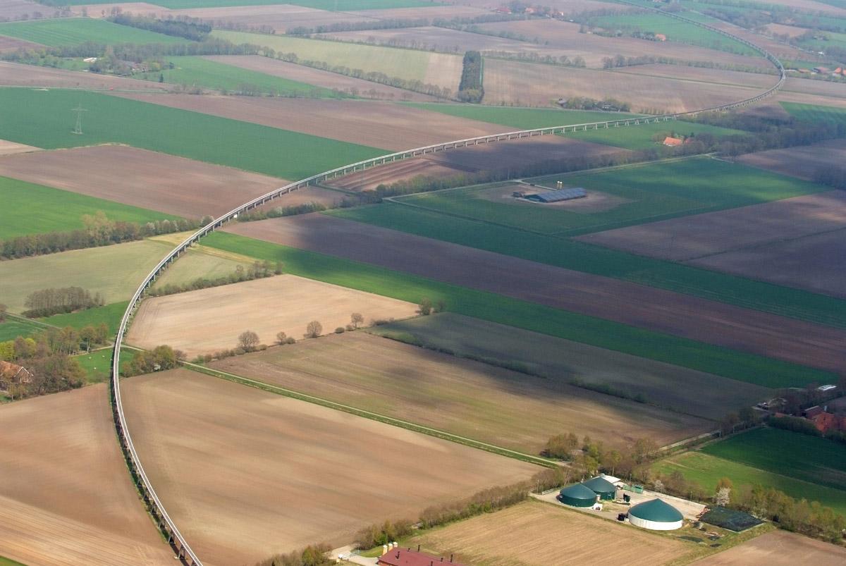 Ehemalige Transrapid-Teststrecke im Emsland. Die Magnetschwebebahn fuhr rund 12 von knapp 32 Kilometern auf einer Brückenkonstruktion.