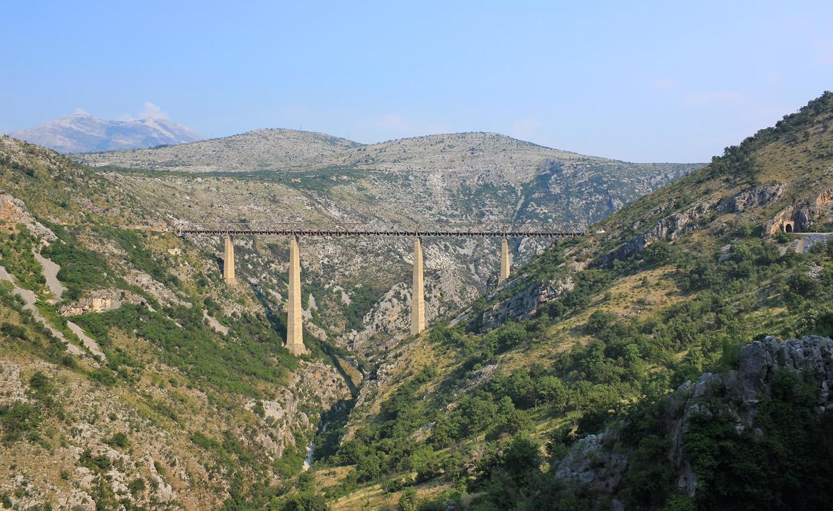 Die höchste Eisenbahnbrücke Europas – das Mala-Rijeka-Viadukt in Montenegro ist 198 Meter hoch.