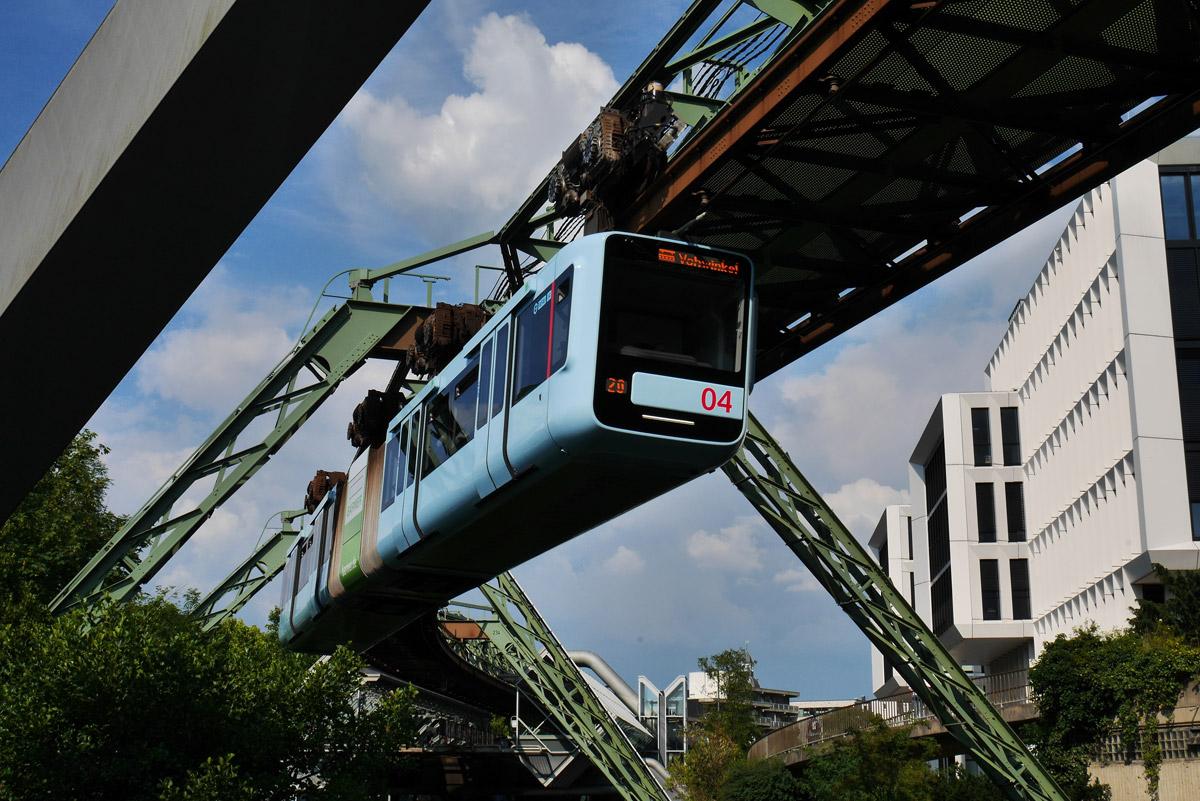 Brücke oder nicht? Die Stahlkonstruktion der Wuppertaler Schwebebahn erstreckt sich über 13,3 Kilometer Länge.