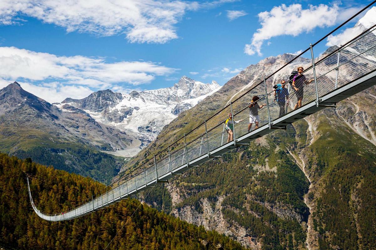 Schön und spektakulär ist die Charles Kuonen Hängebrücke. Die 494 Meter lange Seilbrücke ist Teil des Europawegs im Mattertal in der Schweiz. Das Bauwerk gilt seit seiner Eröffnung 2017 als die längste Fußgänger-Hängebrücke der Welt.