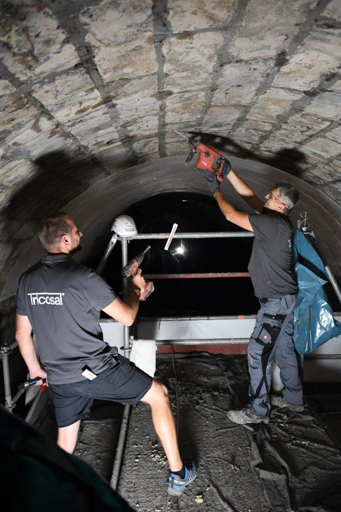 Um die direkten Wassereintritte zu stoppen, setzten die Mitarbeiter der Tricosal über 500 Injektionspacker. Über diese wurde ein Spezialharz in den Untergrund injiziert.